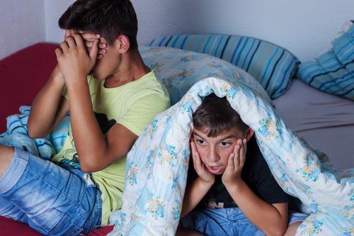Oh Schreck Mensch Kind Gefühle Familie & Verwandtschaft maskulin Angst gefährlich bedrohlich Neugier Todesangst Filmindustrie gruselig Sofa Stress Fernsehen