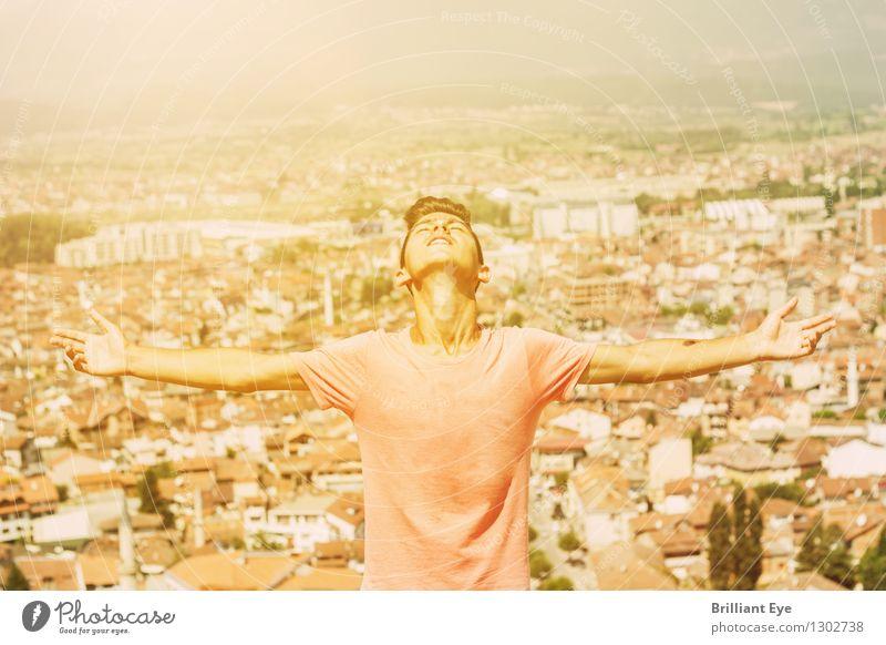 wärmende Sonne Mensch Natur Ferien & Urlaub & Reisen Jugendliche Stadt Sommer Junger Mann Wärme Gefühle Freiheit Lifestyle Stimmung Zufriedenheit Tourismus