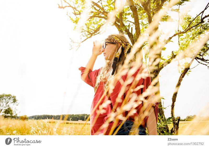 Gute Aussichten Natur Jugendliche schön Sommer Junge Frau Sonne Baum Landschaft 18-30 Jahre Erwachsene Wiese Gras feminin Freiheit Lifestyle Mode