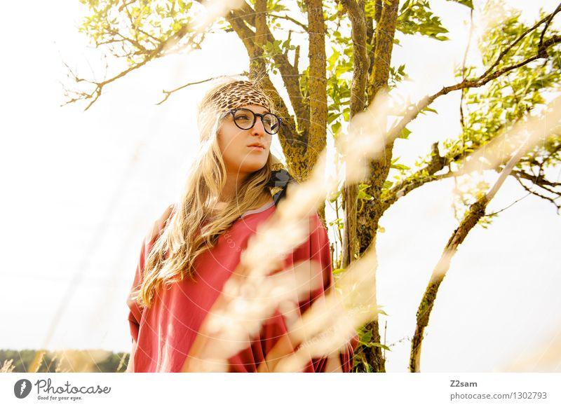auf Schattensuche feminin Junge Frau Jugendliche 1 Mensch 18-30 Jahre Erwachsene Natur Sommer Schönes Wetter Baum Mode Brille Kopftuch blond langhaarig