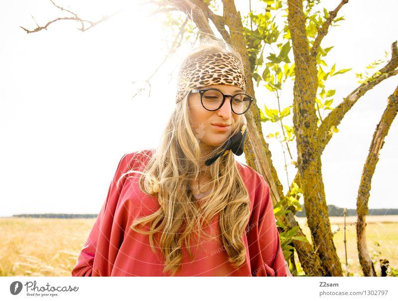 Hey, hey Hippie! Stil feminin Junge Frau Jugendliche 1 Mensch 18-30 Jahre Erwachsene Natur Horizont Schönes Wetter Baum Mode Brille Kopftuch blond langhaarig
