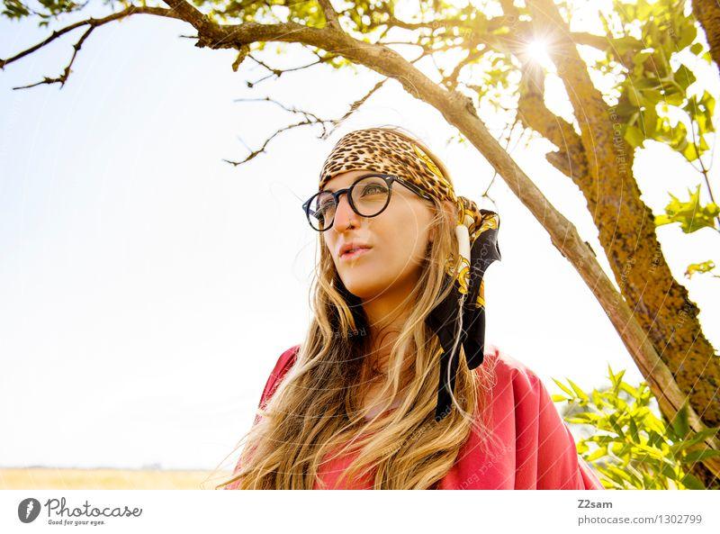 Summerfeeling Natur Jugendliche schön Sommer Junge Frau Baum Erholung Landschaft 18-30 Jahre Erwachsene Gefühle Wiese Gras feminin Stil Denken