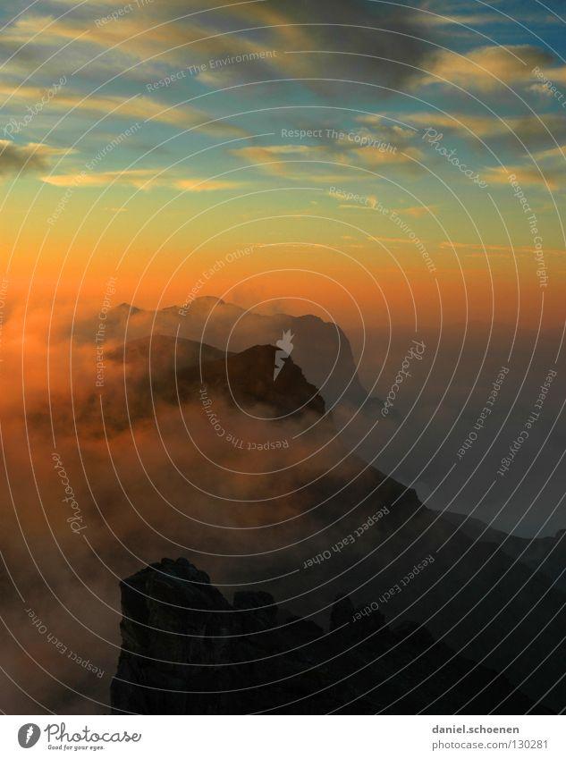 Hochkantzigarettenpause mit Aussicht Himmel Sonne blau rot Wolken gelb Farbe kalt Berge u. Gebirge Luft wandern Nebel Hintergrundbild Wetter Freizeit & Hobby