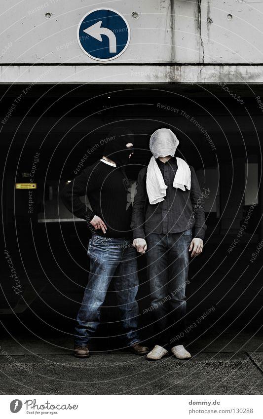 B&T | 03 Mann weiß schwarz dunkel Zufriedenheit hell lustig Coolness Jeanshose stehen Körperhaltung Maske Hose Pfeil Hemd Pullover
