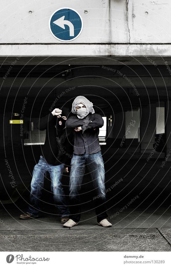 B&T | 02 Mann weiß schwarz dunkel Zufriedenheit hell lustig Coolness Jeanshose stehen Körperhaltung Maske Hose Pfeil Hemd Pullover