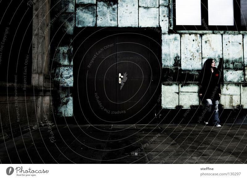 ROCKY Frau Jugendliche grün schön Erholung Wand Mauer braun Tür Fröhlichkeit süß stehen trist Jeanshose Industriefotografie heiß