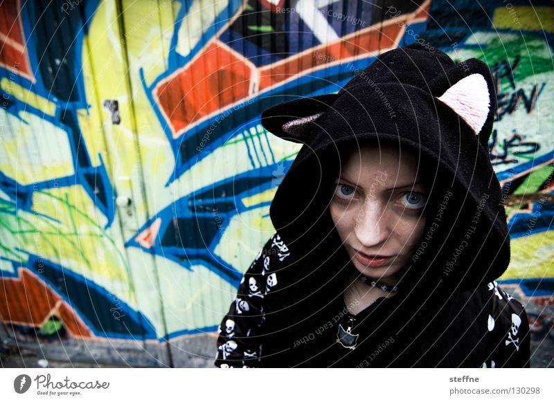 MAL Frau Katze Jugendliche Stadt schön Tier feminin Graffiti gefährlich süß Jeanshose Jacke Hinterhof selbstbewußt Garage Stolz