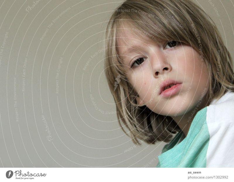 Im Gespräch Junge 1 Mensch 8-13 Jahre Kind Kindheit Jugendkultur Musik T-Shirt blond Blick ästhetisch Coolness trendy natürlich braun türkis Erwartung