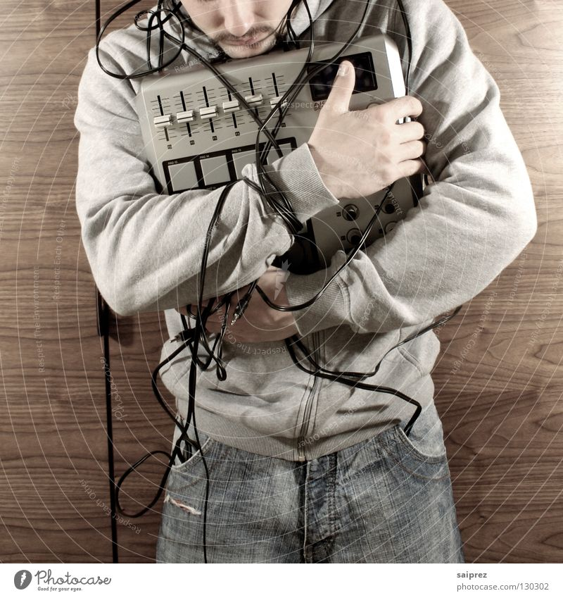 wire up (1) Mann Musik Holz Jeanshose Technik & Technologie Kabel berühren festhalten Diskjockey Kapuze Schrank Maserung Regler Kabelsalat