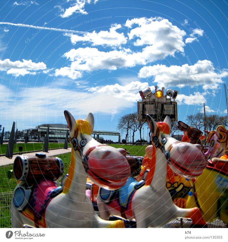 GRIN Jahrmarkt Karussell Spielen Pferd Fass mehrfarbig Park grinsen Freude lachen Beleuchtung Rasen Reitsport freaky Kindheit Sattel