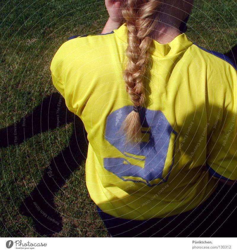 Nr. 9 spielt im Sturm Hand blau Freude Sommer gelb Sport Spielen Haare & Frisuren Beine Fuß blond Freizeit & Hobby Rücken Fußball Ziffern & Zahlen Sportrasen