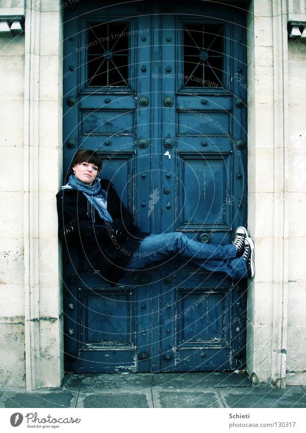 Entspannung deluxe Frau blau Freude Erwachsene Stein Tür Zufriedenheit sitzen Jeanshose Paris Tor Frankreich Schuhe Chucks lässig