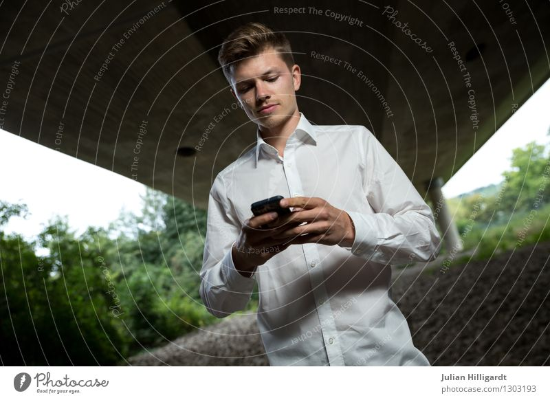 am Tippen Lifestyle elegant Stil Abenteuer Wirtschaft Business Karriere maskulin Junger Mann Jugendliche 1 Mensch 18-30 Jahre Erwachsene Umwelt Natur Mode Hemd