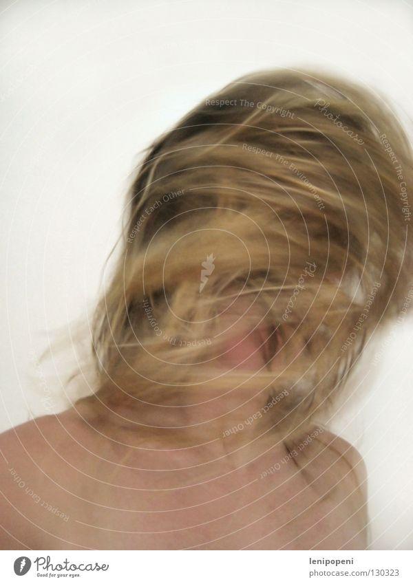 Kusselkopp Frau durcheinander schütteln drehen verrückt blond nass trocknen Haare & Frisuren zerzaust weich nackt Bad Porträt Nest lang Oberkörper notleidend
