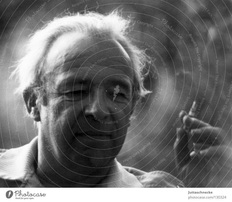 Mein Vater Mann alt Senior weiß grau grauhaarig Porträt Zigarette Großvater schwarz Haare & Frisuren hohe Stirn Zufriedenheit Falte Rauch Rauchen Opapa