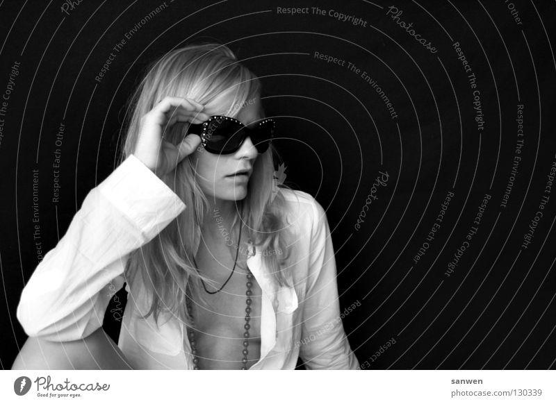 lääsisch Frau blond langhaarig Knie Gelenk Hand Dekolleté Kinn Hintergrundbild dunkel Porträt Sonnenbrille lässig Schwarzweißfoto woman Haare & Frisuren