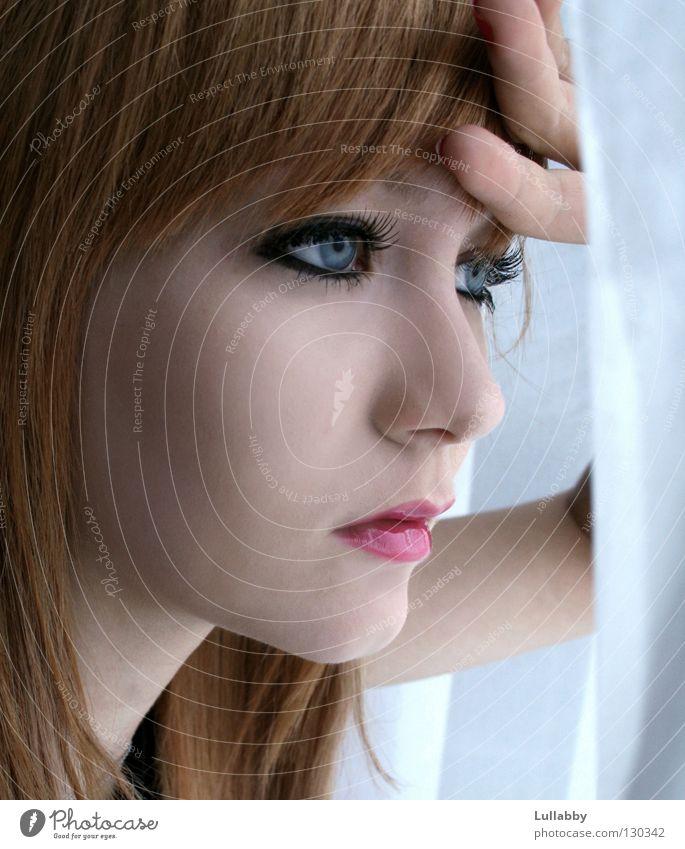 Sehnsucht Frau Jugendliche Lippen Finger Denken Trauer kalt vermissen Gesicht blaue Augen rote Lippen Traurigkeit