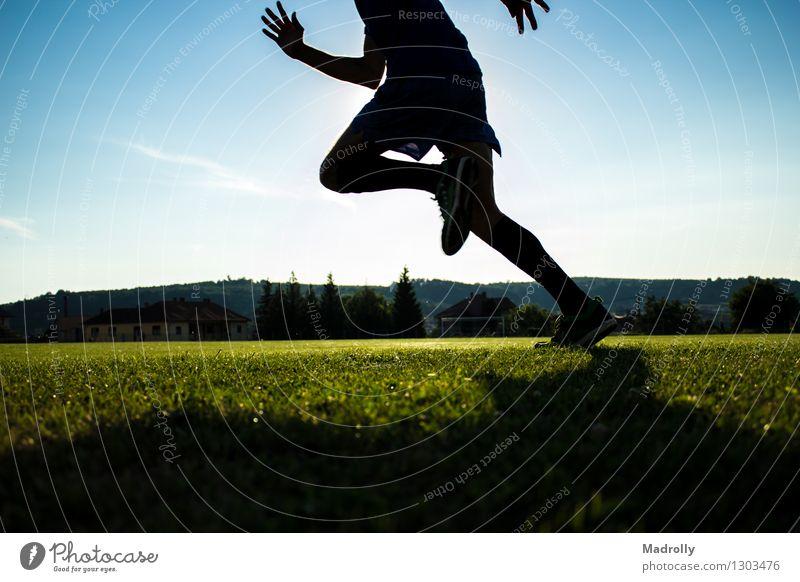 Läufertraining auf einem Stadion Lifestyle Wellness Sonne Sport Mensch Mann Erwachsene Fuß Himmel bauen rennen Bewegung Geschwindigkeit Einsamkeit Energie