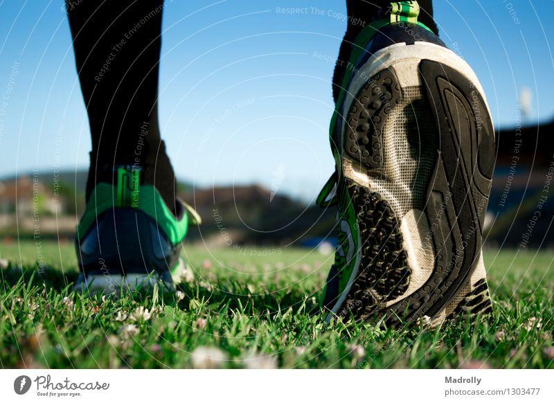 Fußballspieler, der fertig wird Lifestyle Wellness Sommer Sport Joggen Mensch Natur Schuhe rennen Fitness sportlich Geschwindigkeit Aktion Athlet Unschärfe