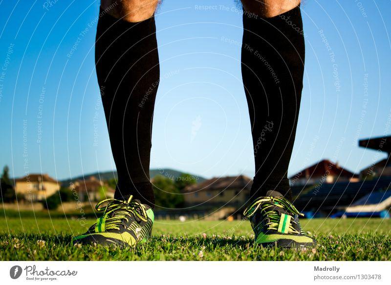 Fußballspieler posiert Mensch Himmel Natur Mann grün Erwachsene Gras Sport Garten Freizeit & Hobby Aktion offen stehen Erfolg Perspektive