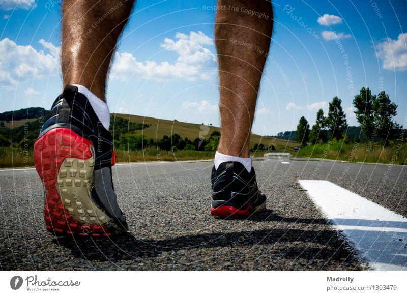 Läufer, der zum Training fertig wird Mensch Natur Farbe Erholung Einsamkeit Berge u. Gebirge Leben Straße Bewegung Wege & Pfade Sport Lifestyle Fuß gehen Aktion