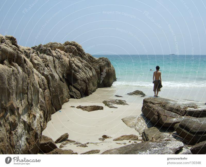 Strandbesucher Wasser Meer Sommer Strand Ferien & Urlaub & Reisen Einsamkeit Ferne Denken Wärme Küste Felsen Insel Schwimmen & Baden