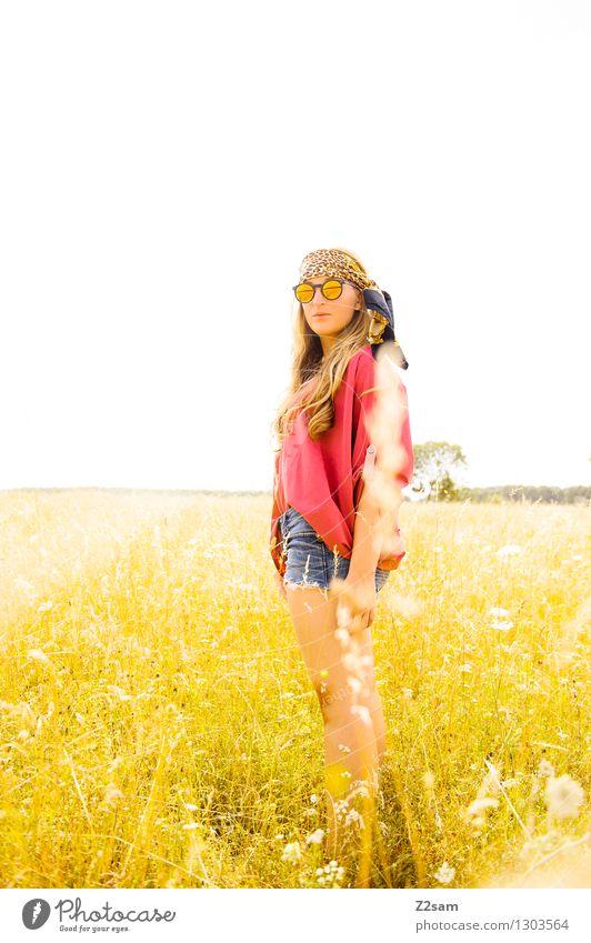 Löwen gucken Ausflug Abenteuer Expedition Sommer Sonne feminin Junge Frau Jugendliche 1 Mensch 18-30 Jahre Erwachsene Natur Gras Wiese Mode Sonnenbrille