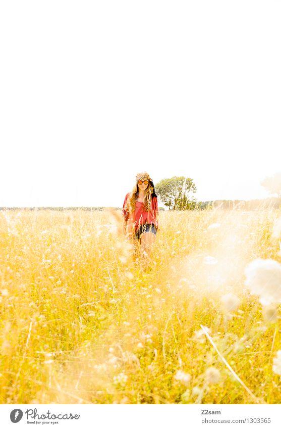 Summerfelling Natur Jugendliche Pflanze schön Sommer Junge Frau Sonne Erholung Blume Landschaft 18-30 Jahre Erwachsene Wiese feminin Stil Freiheit