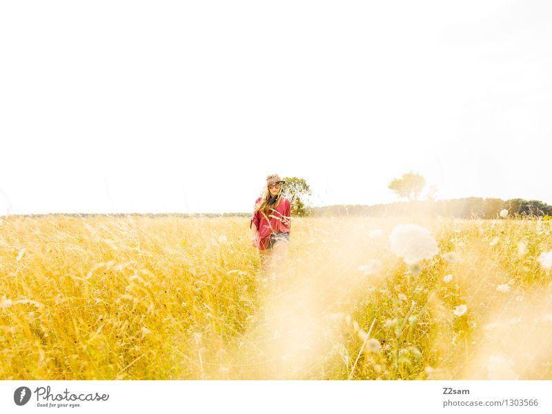 Hippiemädl Lifestyle elegant Stil feminin Junge Frau Jugendliche 18-30 Jahre Erwachsene Sonne Sommer Schönes Wetter Wiese Mode Sonnenbrille blond langhaarig