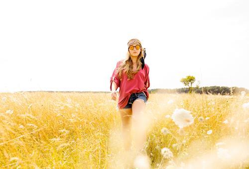 Blumenkind Lifestyle elegant Stil Freiheit Sommer feminin Junge Frau Jugendliche 18-30 Jahre Erwachsene Natur Landschaft Sonne Frühling Schönes Wetter Pflanze