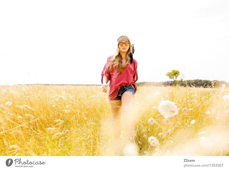 Blumenkind Natur Jugendliche Pflanze schön Sommer Junge Frau Sonne Landschaft 18-30 Jahre Erwachsene Frühling Wiese Gras feminin Stil