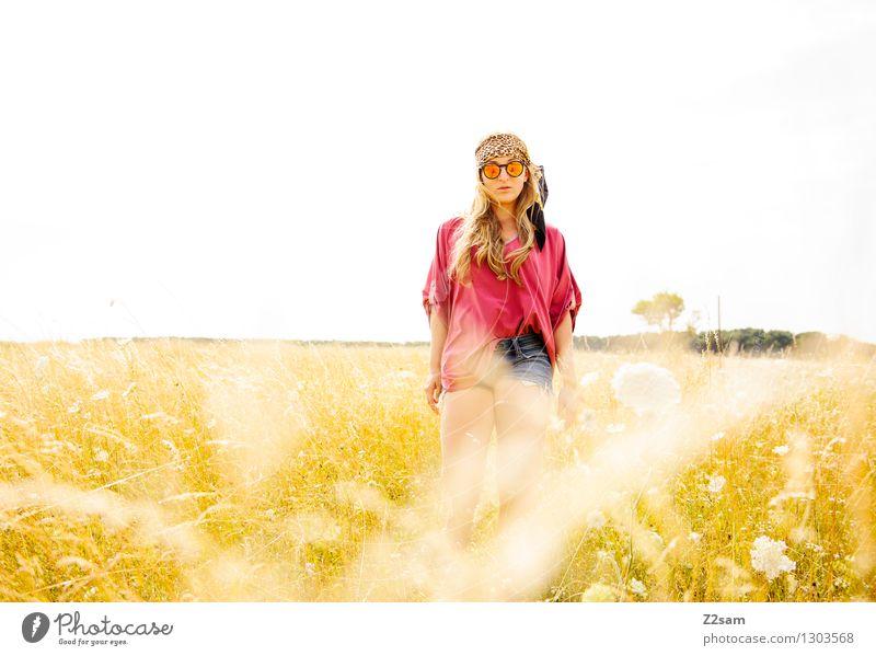 Hippiemädchen Lifestyle elegant Stil feminin Junge Frau Jugendliche 18-30 Jahre Erwachsene Umwelt Natur Landschaft Sommer Herbst Pflanze Sträucher Wiese Mode