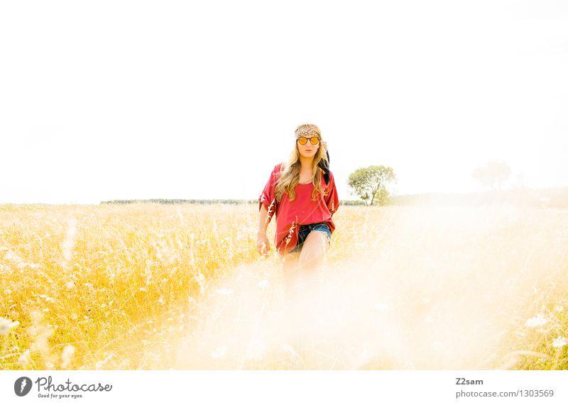 Vom Tiger verfolgt Safari feminin Junge Frau Jugendliche 1 Mensch 18-30 Jahre Erwachsene Sonne Schönes Wetter Wiese Mode Sonnenbrille Kopftuch blond langhaarig