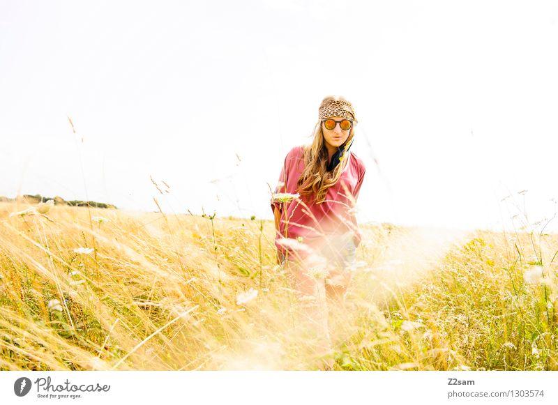 Revival Lifestyle Stil Sommer feminin Junge Frau Jugendliche 18-30 Jahre Erwachsene Natur Landschaft Sonne Pflanze Blume Gras Wiese Mode Bluse Sonnenbrille