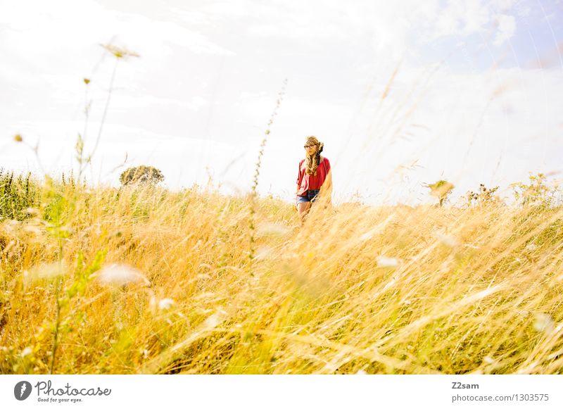 Dem Sommer entgegen Natur Ferien & Urlaub & Reisen Jugendliche schön Junge Frau Landschaft 18-30 Jahre Erwachsene Wiese natürlich Gras feminin Stil Lifestyle
