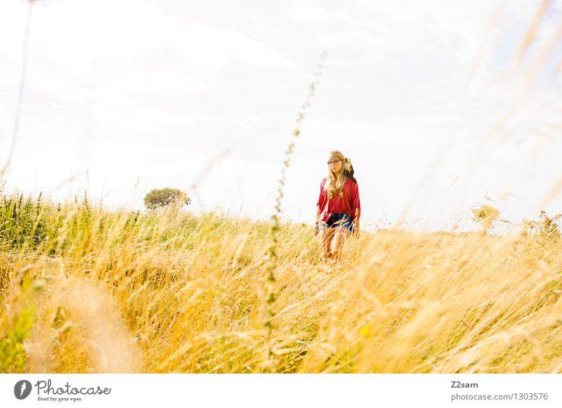 Festivalzeit Natur Jugendliche Sommer Junge Frau Sonne Erholung Landschaft 18-30 Jahre Erwachsene Wiese natürlich Gras feminin Stil Lifestyle Glück