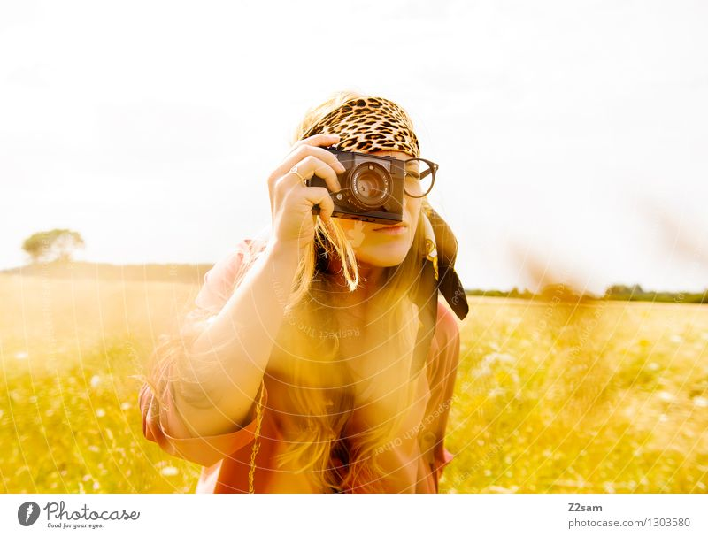 Entdeckerin Lifestyle Stil feminin Junge Frau Jugendliche 18-30 Jahre Erwachsene Natur Landschaft Sonne Sonnenlicht Sommer Schönes Wetter Baum Sträucher Wiese