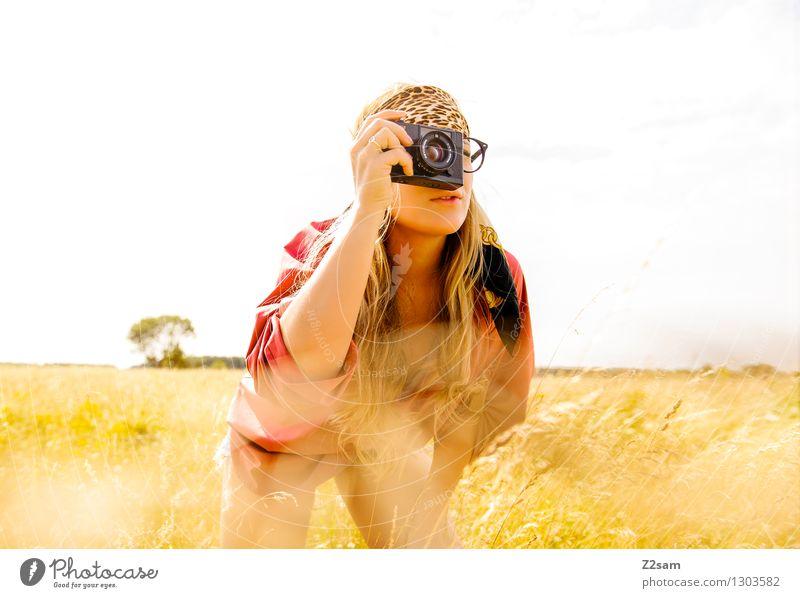 Auf der Pirsch Jugendliche schön Sommer Junge Frau Landschaft ruhig 18-30 Jahre Erwachsene Wiese Gras feminin Stil Lifestyle Mode Freizeit & Hobby frisch