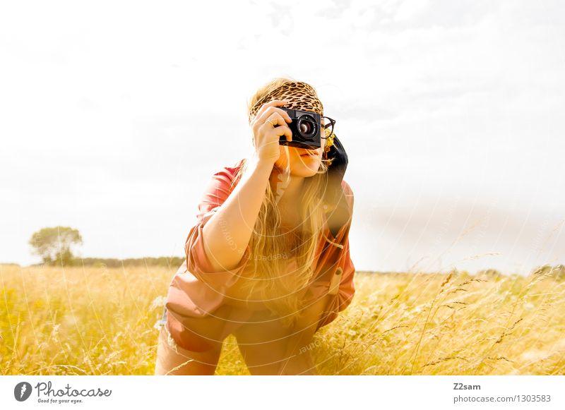 Zebras knipsen Freizeit & Hobby Safari Fotokamera feminin Junge Frau Jugendliche 1 Mensch 18-30 Jahre Erwachsene Natur Sonne Schönes Wetter Wiese Mode Hemd