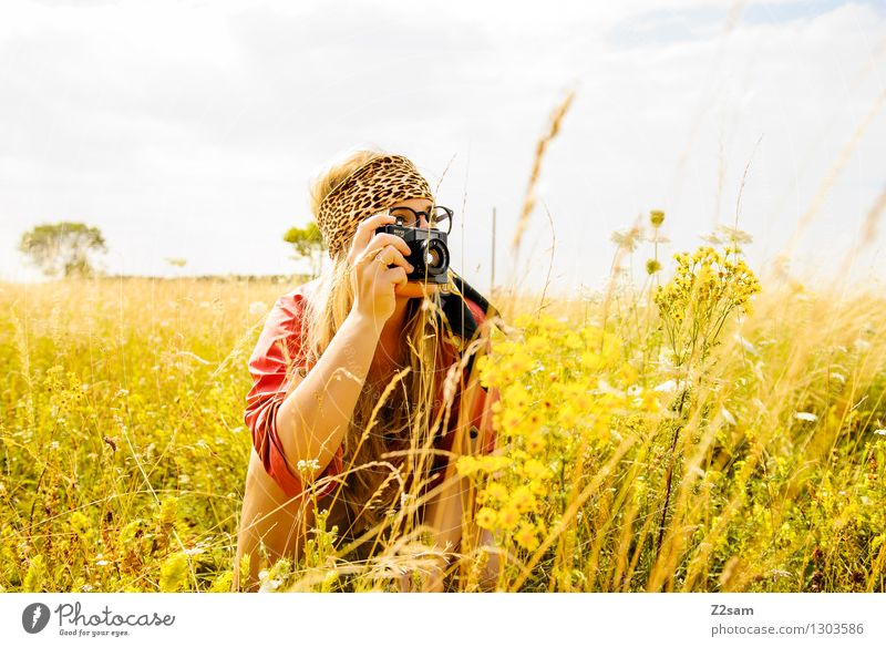 Summ Summ Natur Jugendliche Sommer Junge Frau Erholung Blume Landschaft 18-30 Jahre Erwachsene Wiese natürlich feminin Stil Freiheit Lifestyle frisch