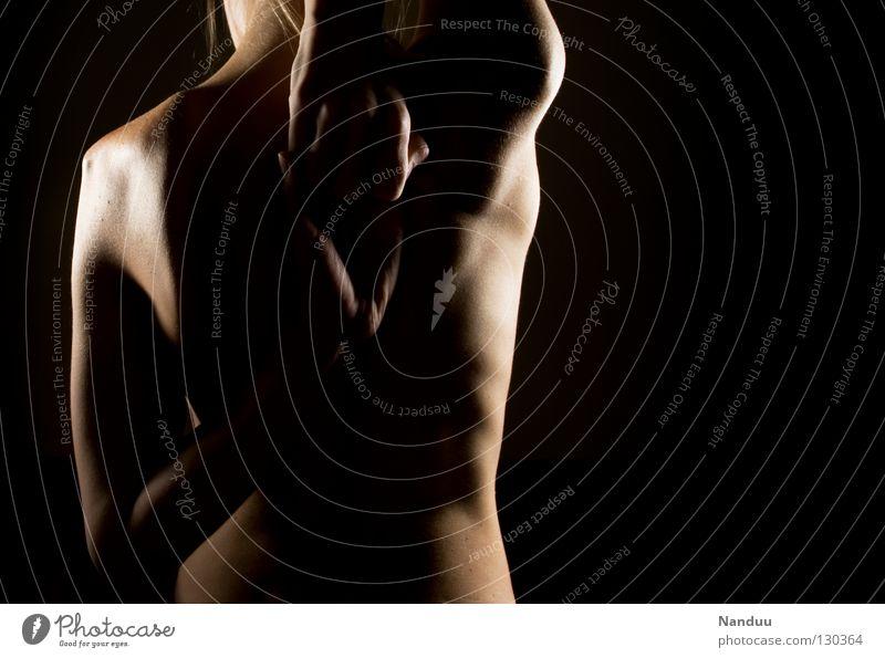 Berührungspunkt Wirbelsäule Low Key dunkel schwarz Licht Seite weich zart nackt Rippen Leberfleck Gesundheitswesen Oberkörper Torso dehnen Hand Fitness Frau