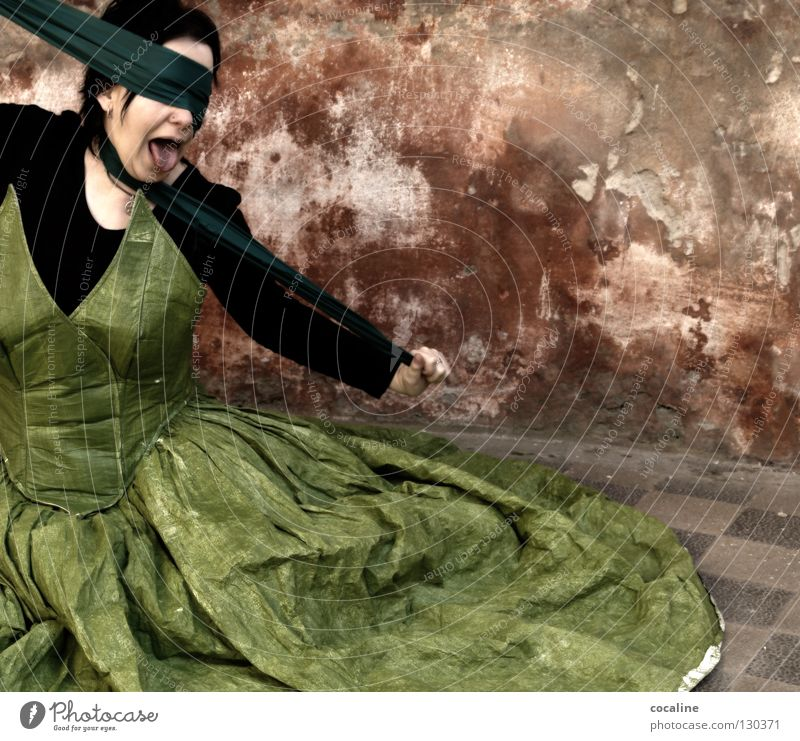 Prinzessin auf Abwegen Frau grün rot Wand mehrfarbig Schal Verbundenheit Kleid schreien befreien Verzweiflung Wut Ballkleid schön wahrnehmen Stimmung gefährlich