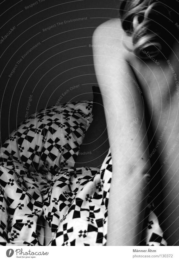 Bettgeschichten. Frau weiß schwarz Einsamkeit nackt Haare & Frisuren Zusammensein blond Arme Haut Hintergrundbild sitzen Rücken Perspektive Möbel