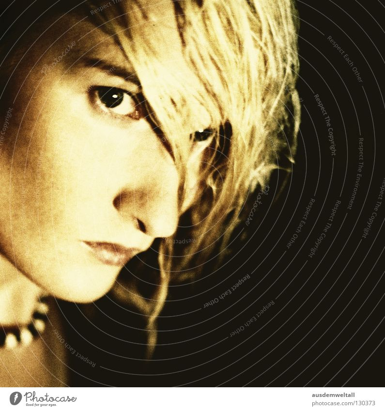 In Fiction feminin Porträt blond nass Licht schwarz fiktiv untergehen analog Frau Konzentration Farbe Haare & Frisuren Gesicht Auge Nase Mund Kette gold Blick
