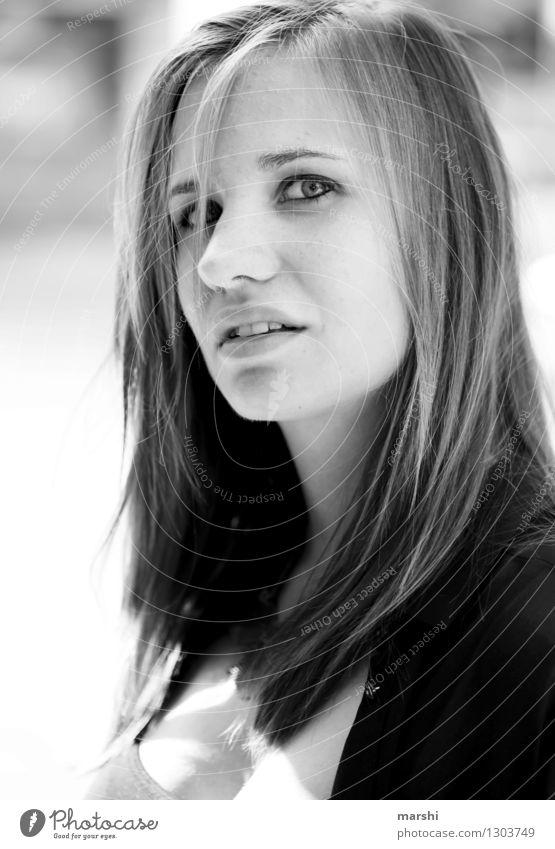 Zurückblicken Lifestyle Stil Mensch feminin Junge Frau Jugendliche Erwachsene Kopf 1 18-30 Jahre Haare & Frisuren brünett Gefühle Stimmung Blick Model intensiv