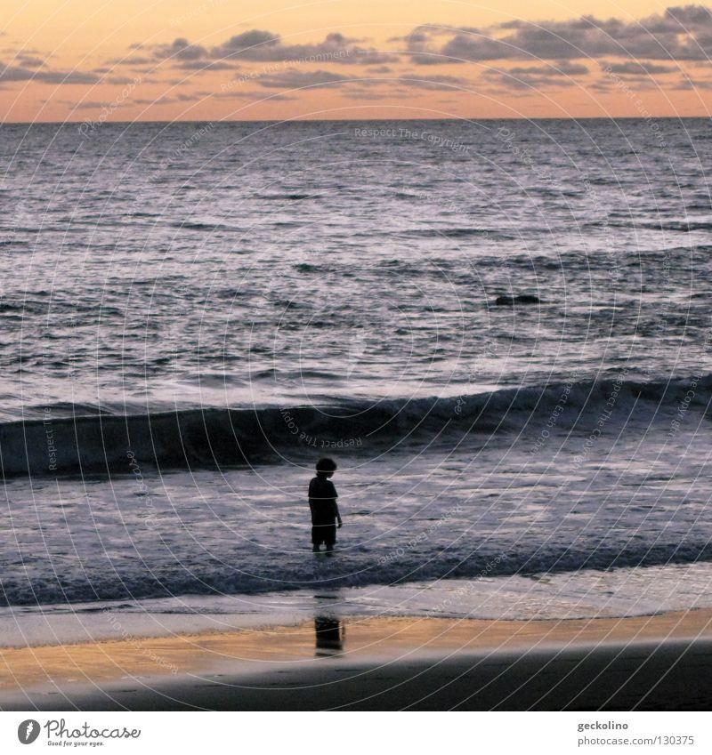 Das Kind und das Meer Mensch Wasser Sommer Strand Ferien & Urlaub & Reisen Wolken Einsamkeit Wellen nass frei Schwimmen & Baden Abenddämmerung