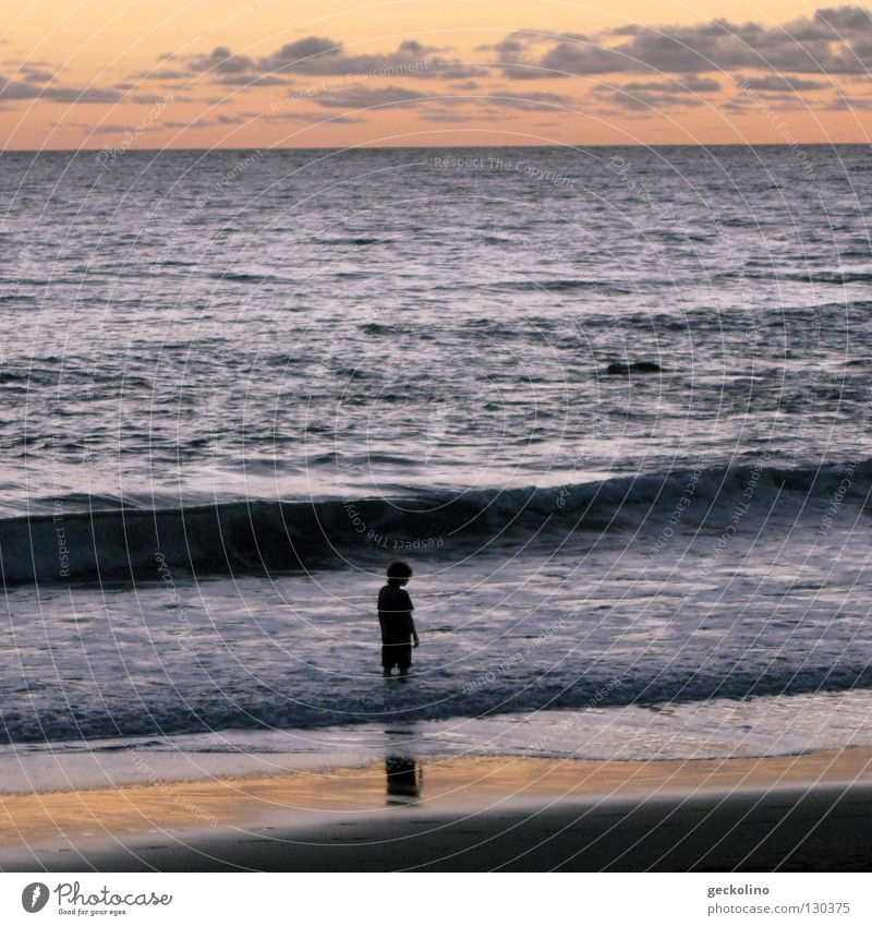 Das Kind und das Meer Sonnenuntergang Wellen Abenddämmerung Einsamkeit Wolken Strand Ferien & Urlaub & Reisen frei nass Sommer Silhouette Wasser Meeresrauschen