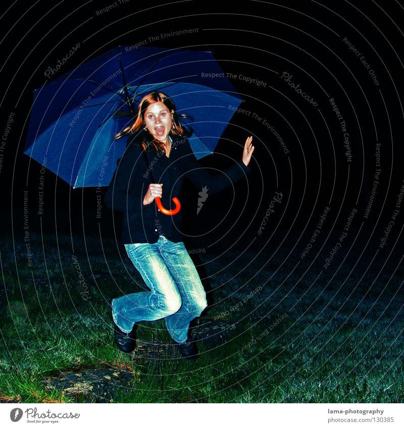 SCHIRMTAUSCH Frau Jugendliche Freude dunkel Wiese springen Glück lachen Regen Feld fliegen Aktion Regenschirm schreien grinsen hüpfen