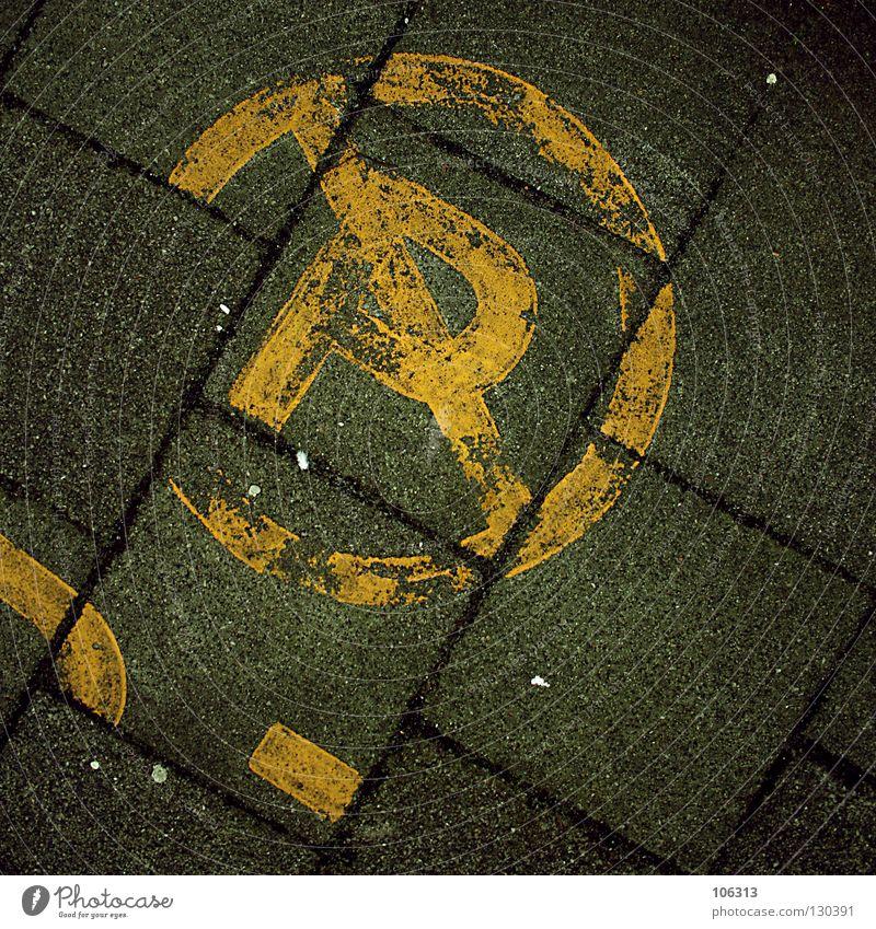 NO PARKING parken rund Platz Verbote Parkplatz privat gelb Buchstaben Fahrbahnmarkierung durchstreichen Deutschland Bremen Bürgersteig alt Symbole & Metaphern