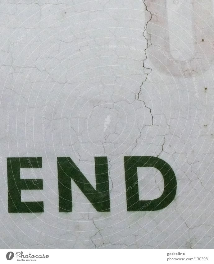 the end Wand Schriftzeichen Ende Buchstaben Vergänglichkeit Werbung Typographie Wort vergangen Riss Putz beenden